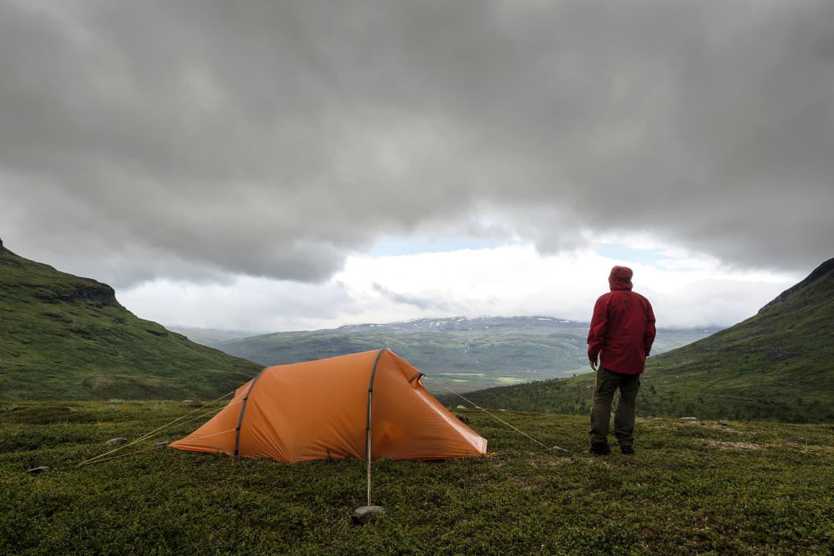 Vaeltaja telttailee Ruotsin Lapissa.