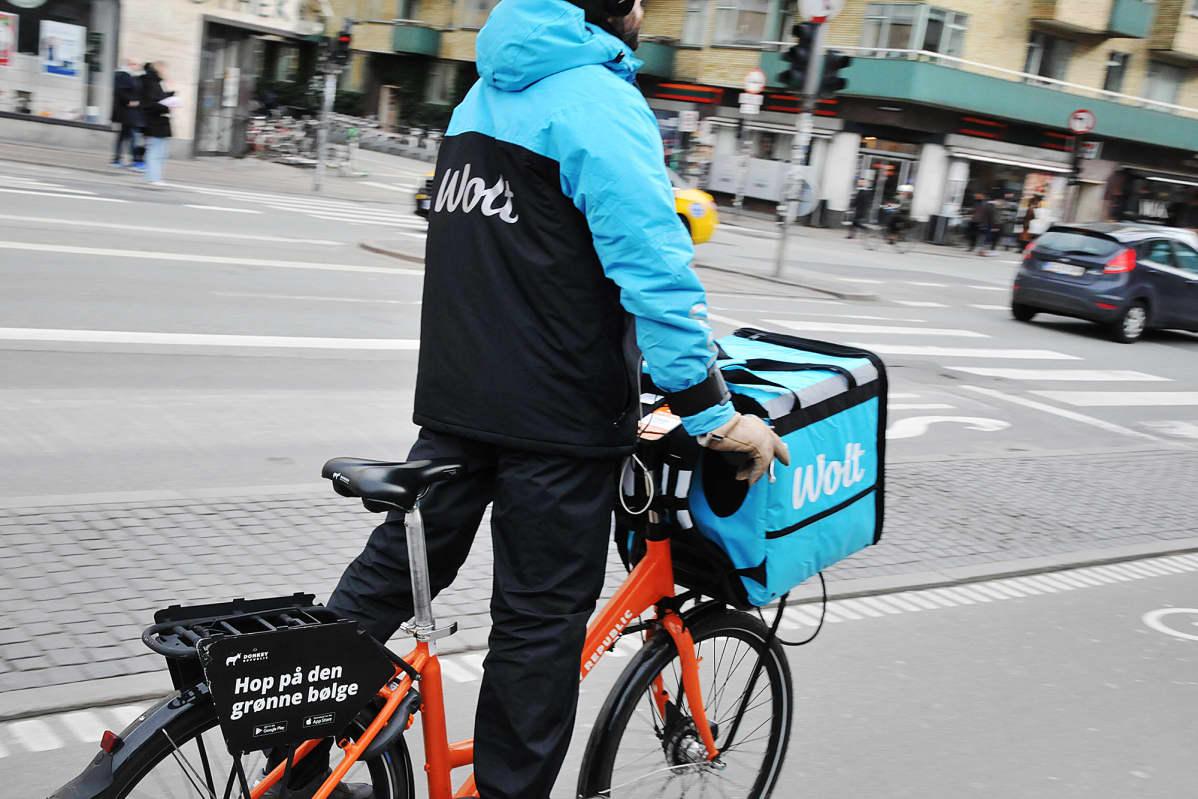 Wolt-lähetti kuljettaa ruokaa helmikuussa Kööpenhaminassa.