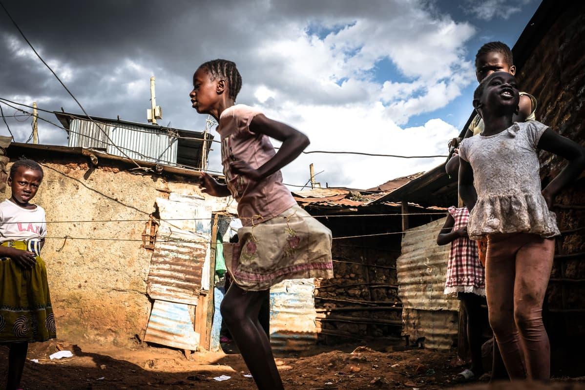 Kuvassa lapset leikkivät Kenian Nairobissa.