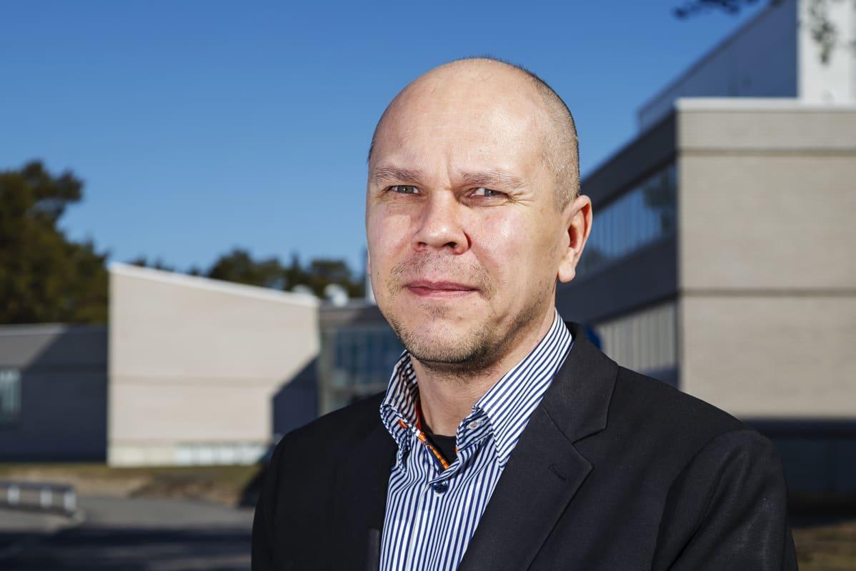 Kuvassa on Rokotetutkimuskeskuksen johtaja, professori Mika Rämet.