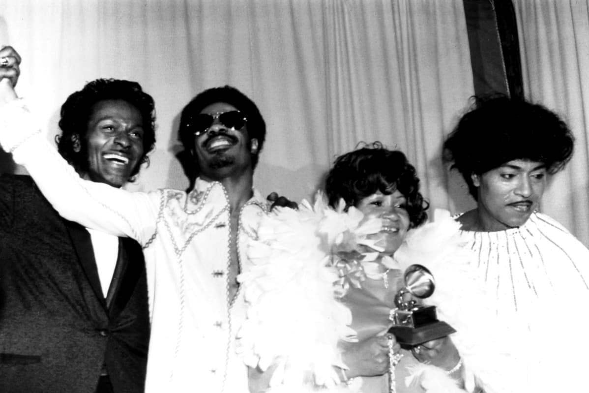 Päiväämättömässä valokuvassa poseeraavat Chuck Berry, Stevie Wonder, Wonderin äiti Lula Hardaway ja Little Richard.