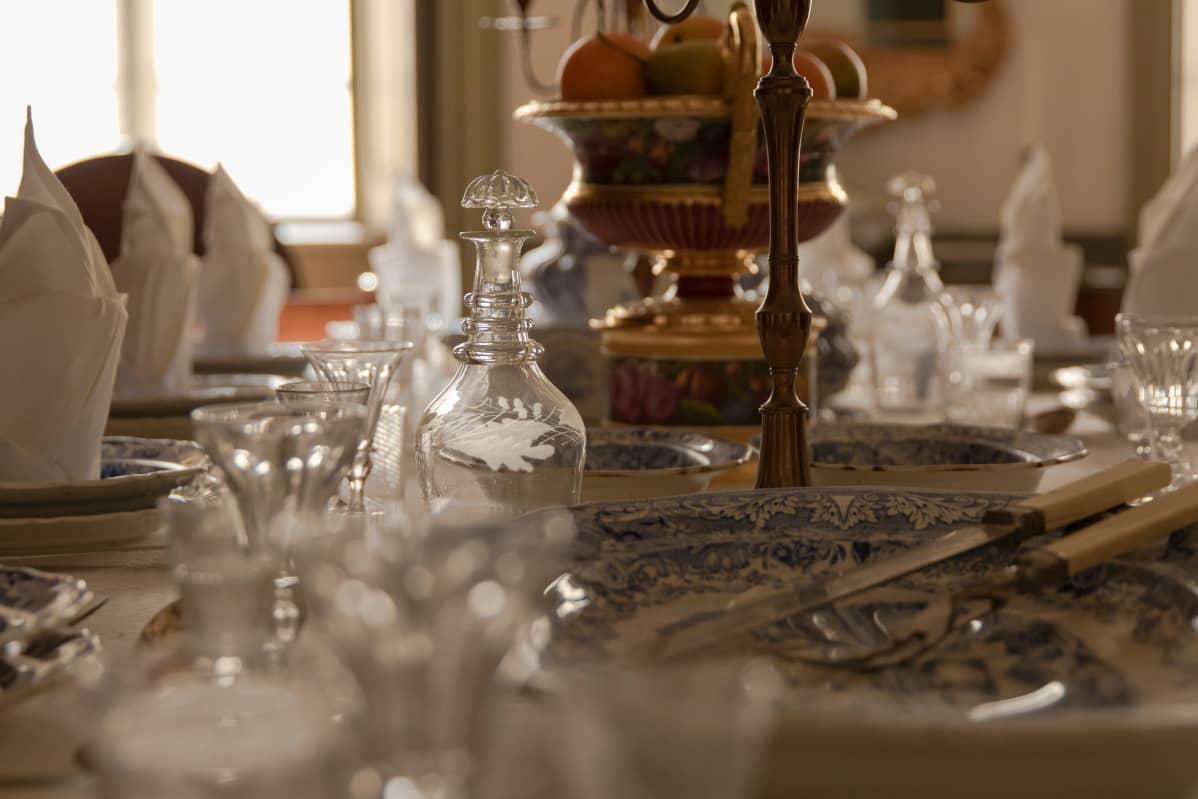 Louhisaaren kauniisti katettua ruokapöytää.