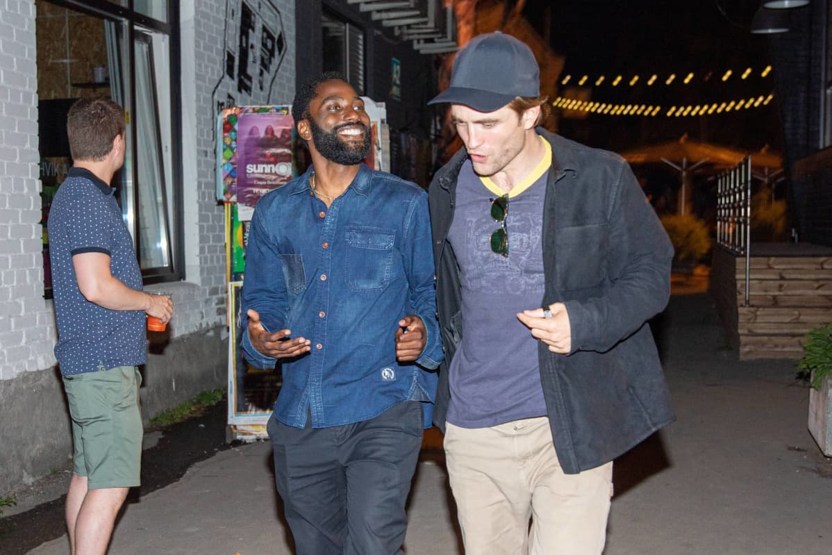 Robert Pattinson (right) spending night in Tallinn Old Town. Probably they are celebrating John David Washingtons (left) 35th birthday. Robert Pattinson is starring in Christoper Nolan s new movie Tenet, part of what was shot in T​allinn, Estonia. Tallinn Estonia Old Town PUBLICATIONxNOTxINxESTxLATxLTU Copyright: xTAAVIxSEPPx