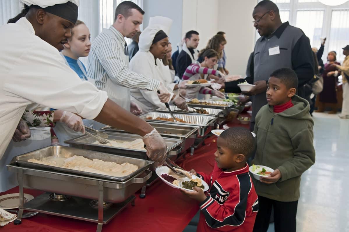 Ravintolakoulun opiskelijat jakoivat ruokaa kodittomille ja tukijoille kodittomien muistopäivänä Detroitissa joulukuussa 2010.