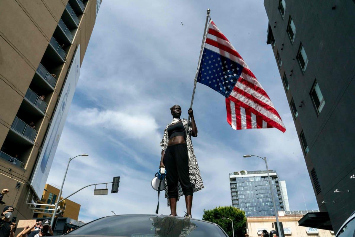 Protestoija mielenosoituskulkueessa Hollywoodissa 2. kesäkuuta 2020.