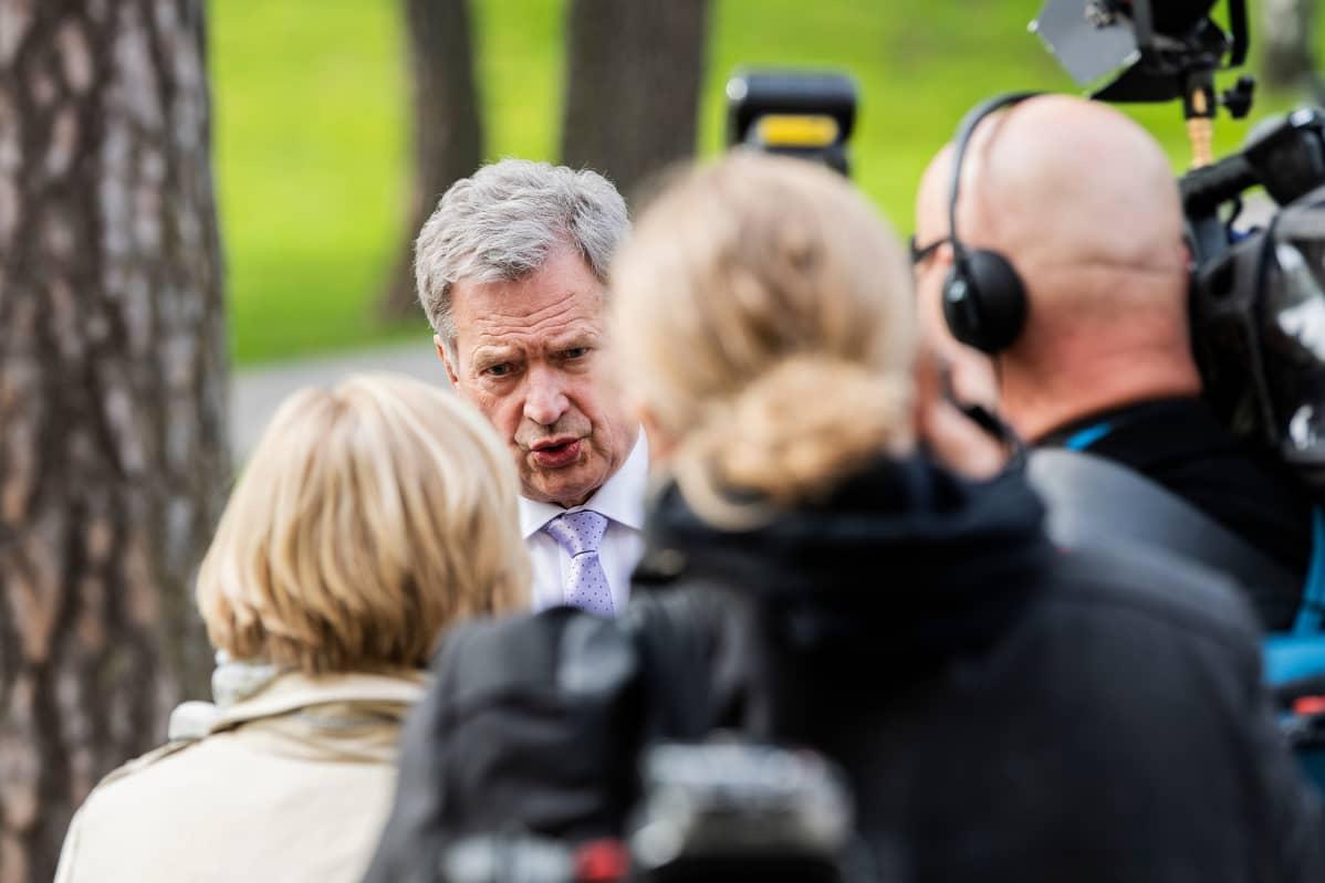 Sauli Niinistö haastateltavana 24.5.2020 Pasilan Studiotalon edessä Kultaranta-keskustelujen liittyen.