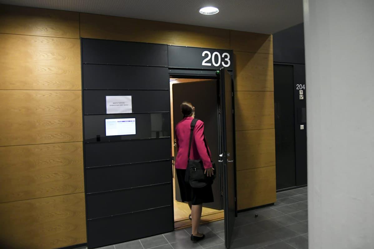 Syyttäjä menossa SteUp-tanssikoulun entisen opettajan syytteen käsittelyyn Helsingin käräjäoikeudessa.