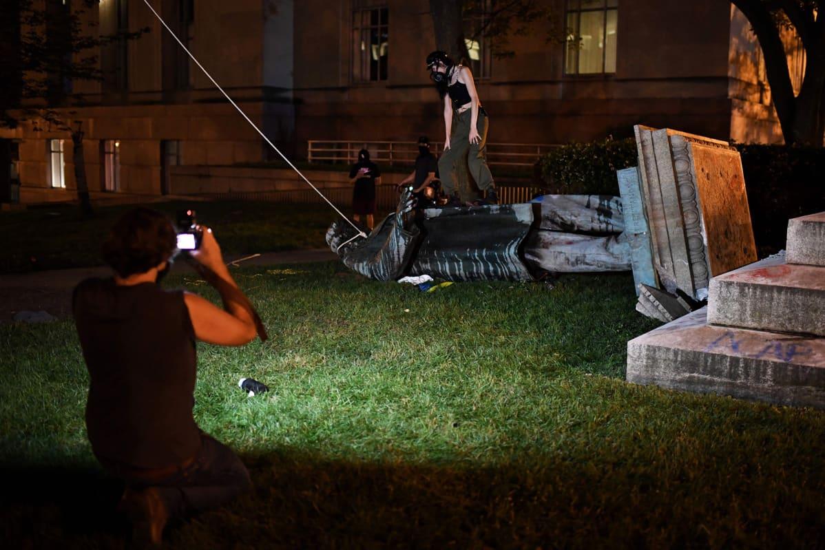 Kuvassa on Albert Piken kaadettu patsas Yhdysvaltain Washingtonissa.