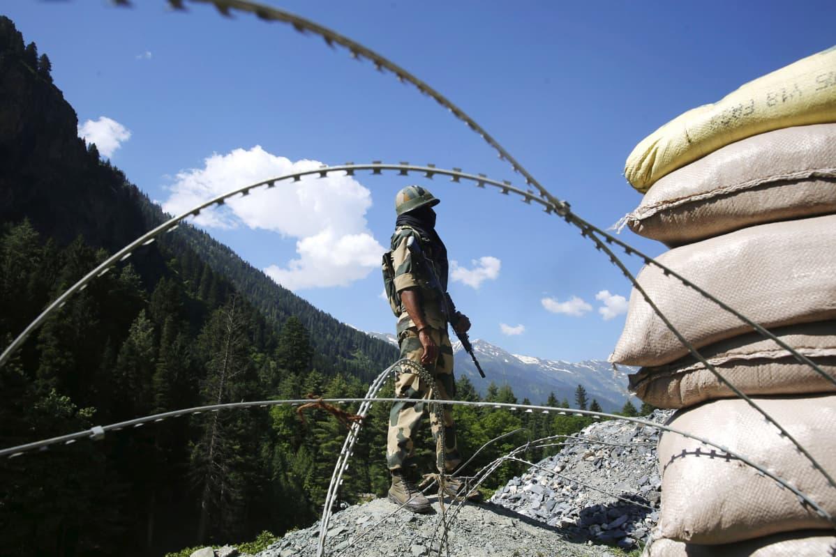 Kuvassa sotilas seisoo Intian ja Kiinan rajalla.