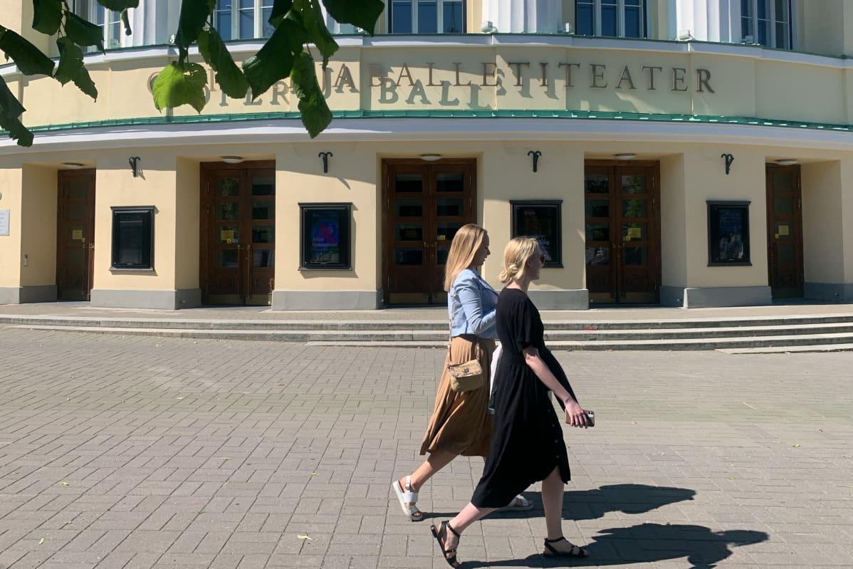 Viron kansallisoopperassa työskentelee 25 solistia, balettiryhmässä on 57 tanssijaa, oopperan kuorossa 56 laulajaa ja sinfoniaorkesterissa 93 jäsentä.