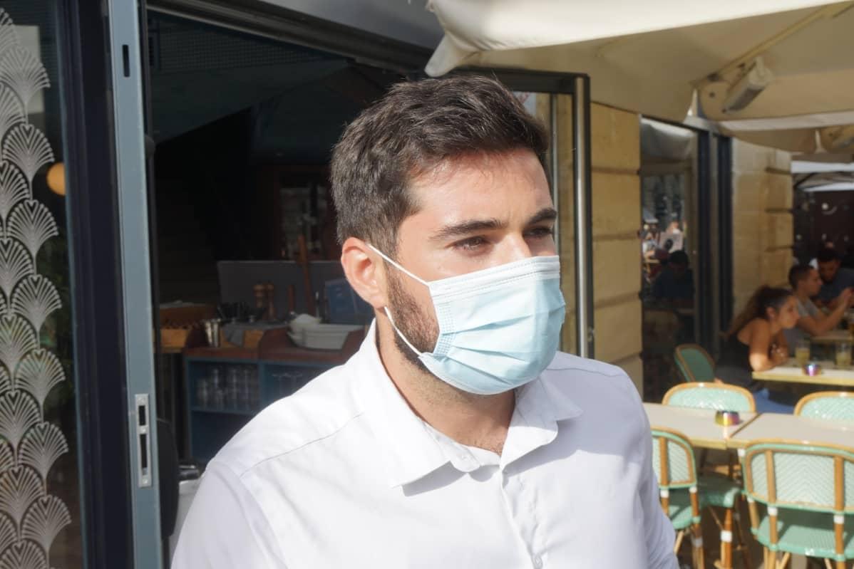 mies maskissaan ravintolassa
