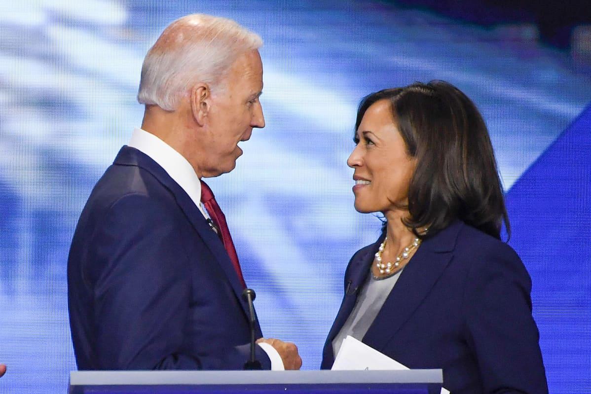 Joe Biden ja Kamala Harris keskustelivat Houstonissa Texasissa 12. syyskuuta 2019 demokraattien presidenttiehdokkaiden väittelyn jälkeen. Tuolloin Harris kampanjoi vielä oman ehdokkuutensa puolesta.
