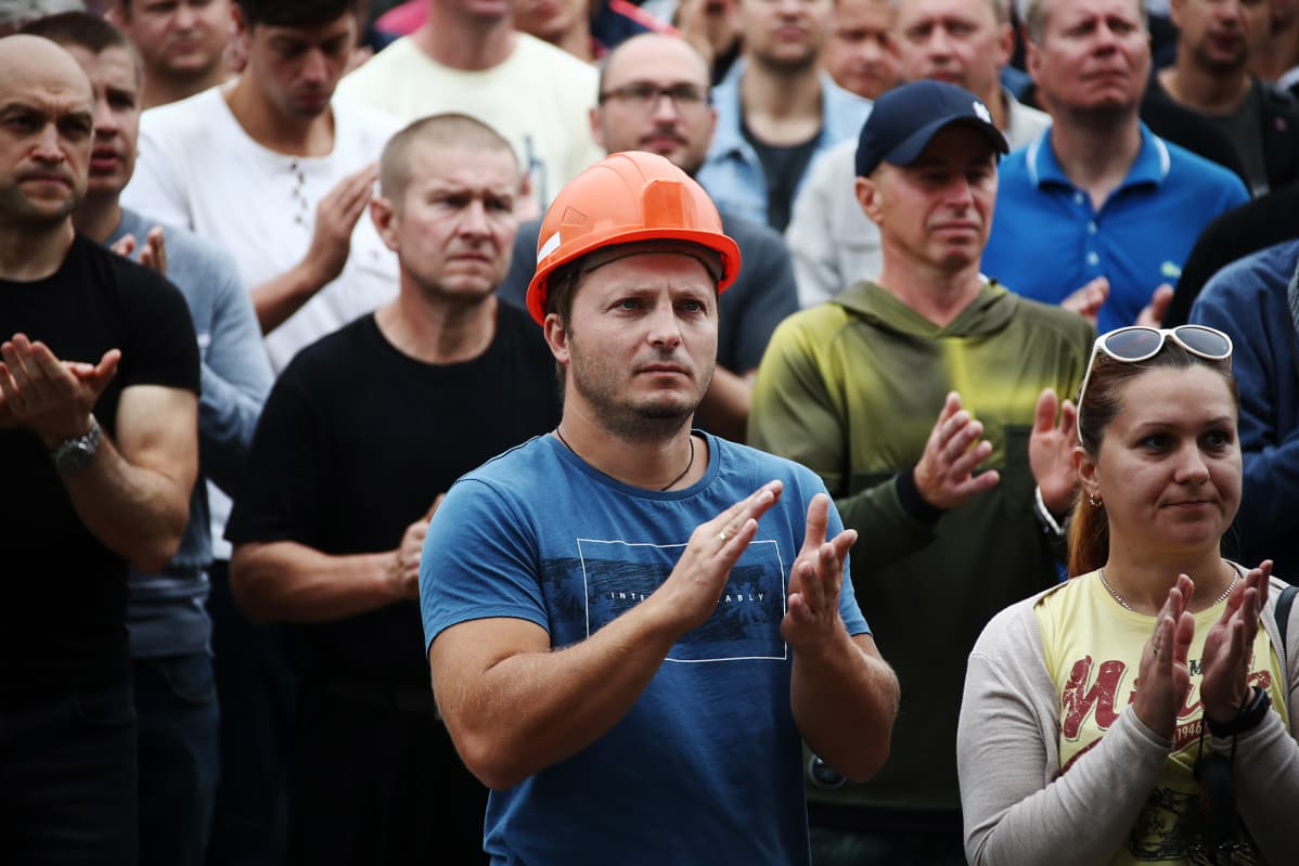 Suuren lannoitetehtaan työntekijät liittyivät mielenosoitukseen Salihorskin kaupungissa keskiviikkona.