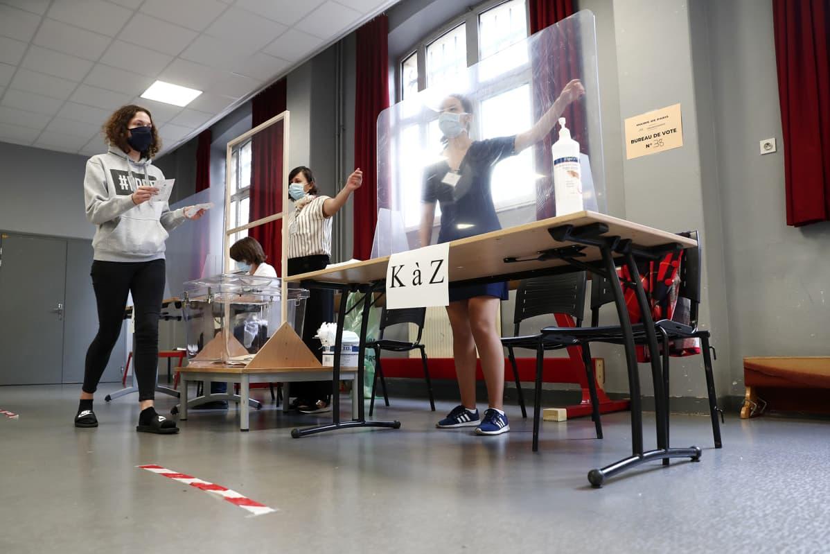 Kuvassa on äänestyspaikka Pariisissa kesäkuussa.