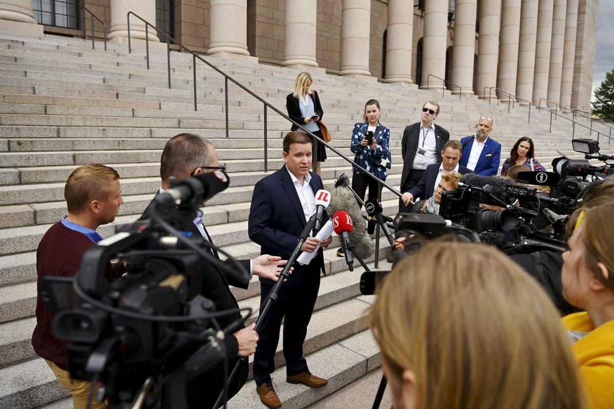 Ryhmän puheenjohtaja Ville Tavio (kesk.) tiedotustilaisuudessa perussuomalaisten eduskuntaryhmän kokouksen jälkeen eduskuntatalolla Helsingissä 23. heinäkuuta 2020.