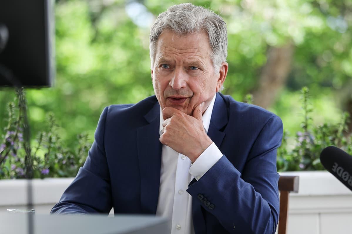Tasavallan presidentti Sauli Niinistö teki Munkkimäen terassilta virtuaalivierailun Suonenjoelle ja Seinäjoelle 12.6.2020