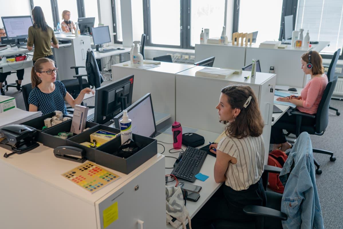 Koronajäljittäjiä työssä. Vasemmalla terveydenhoitaja Nina Leskinen, oikealla terveydenhoitaja Nora Hauhio.