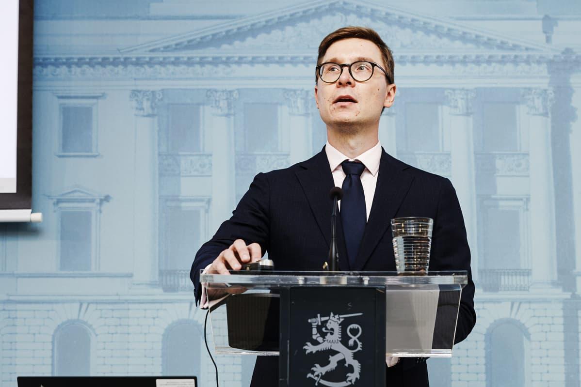 Johtava erityisasiantuntija Olli Kärkkäinen valtiovarainministeriön työllisyystoimia käsittelevässä tiedotustilaisuudessa Helsingissä 14. elokuuta 2020.
