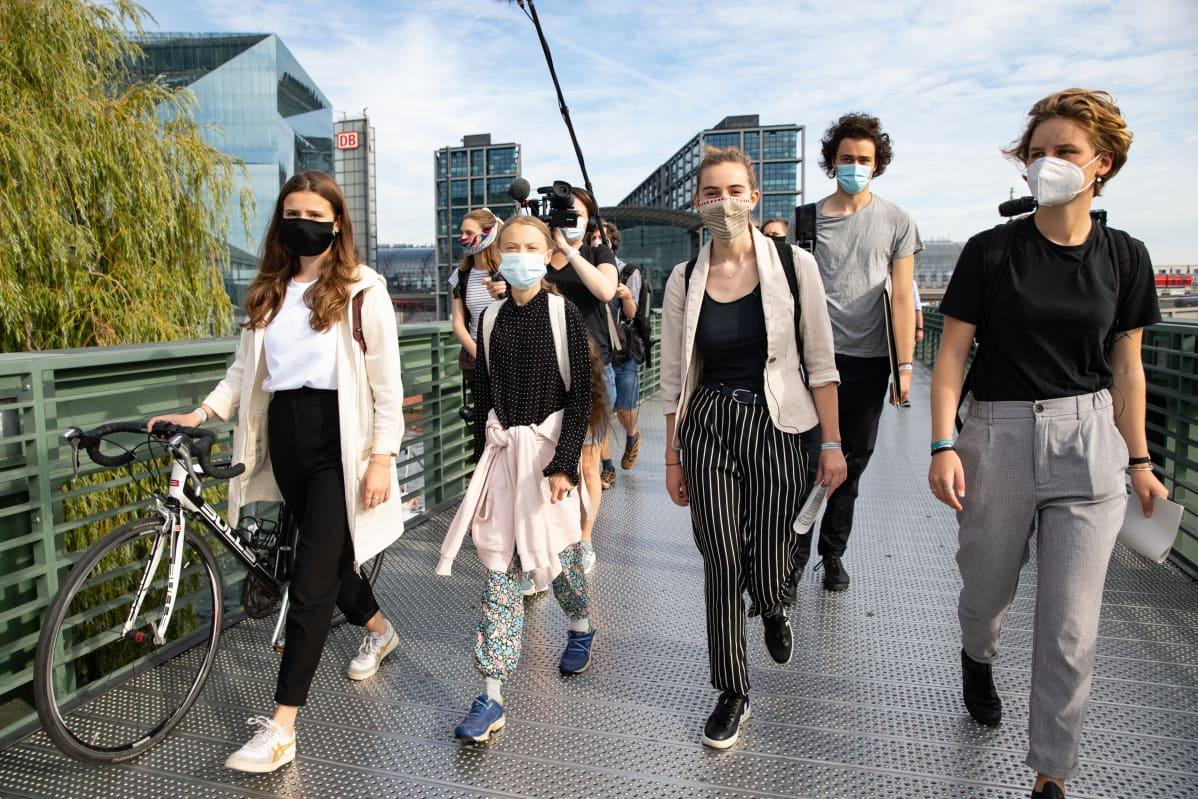 Greta Thunberg ja kolme muuta aktivistia kävelee kadulla