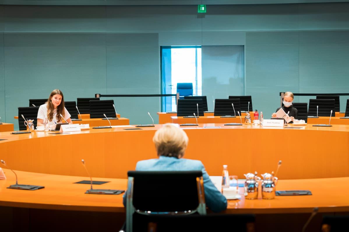 Angela Merkel keskustelee ilmastoaktivistien kanssa neuvottelusalissa