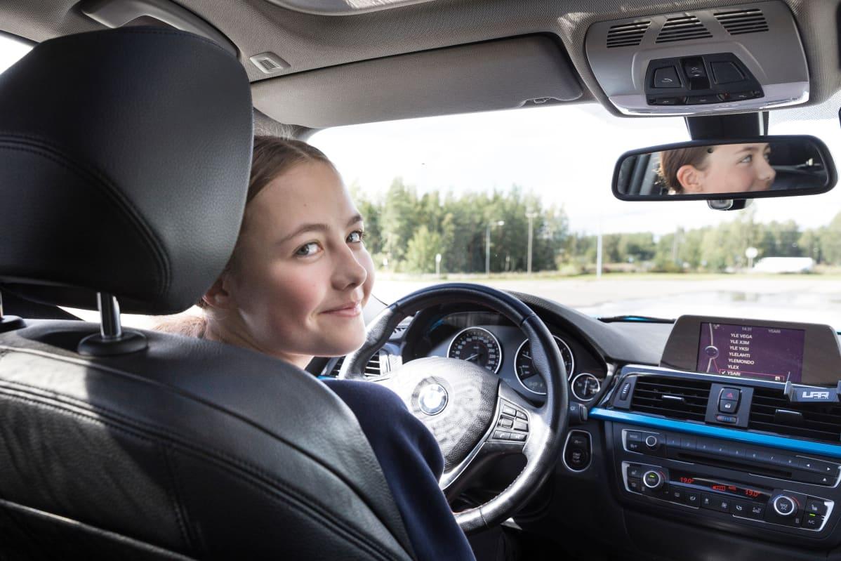 Ajoharjoittelija Christin Ein autossa.