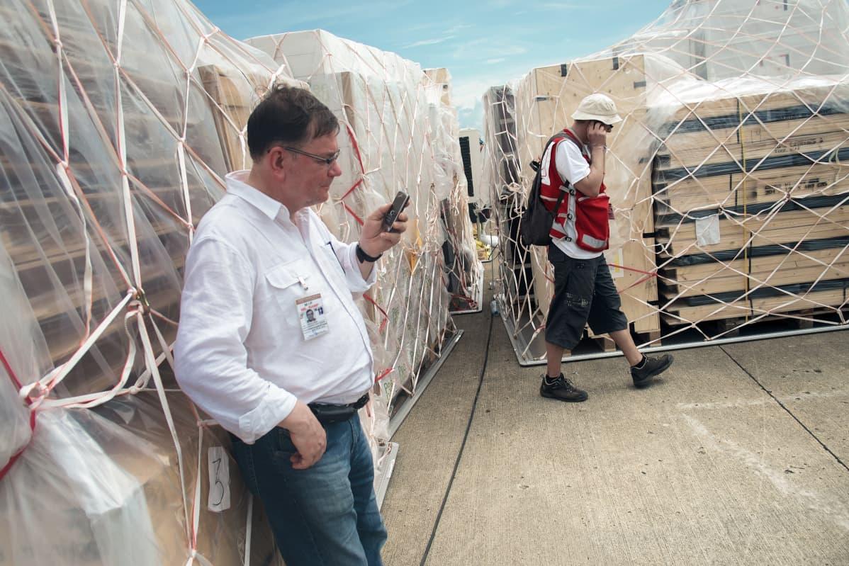 Kalle ;Avustustarvikkeet ja Samarin saarelle rakennettava SPR:n terveysasema saapuivat lentokoneella Cebun lentokentälle. Kuvauspäivämäärä19.11.2013