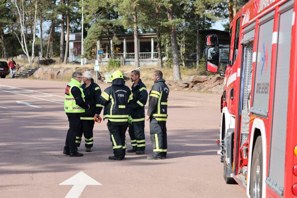 Pelastuslaitoksen henkilökuntaa valmistautumassa Amorella matkustajien evakuointiin Svinössä Ahvenanmaalla.