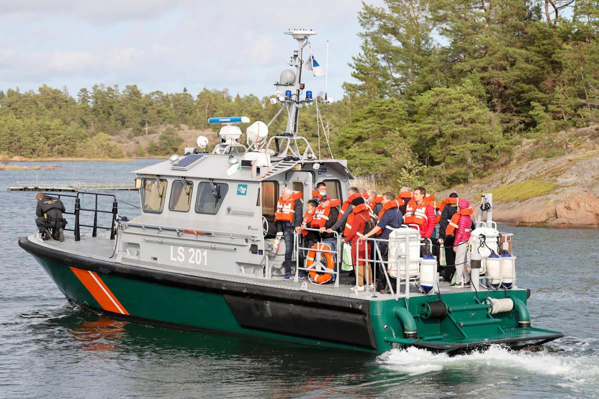 Rajavartiolaitoksen vene kuljettaa Viking Linen Amorella-laivalta evakuoituja matkustajia turvaan Ahvenanmaalla.