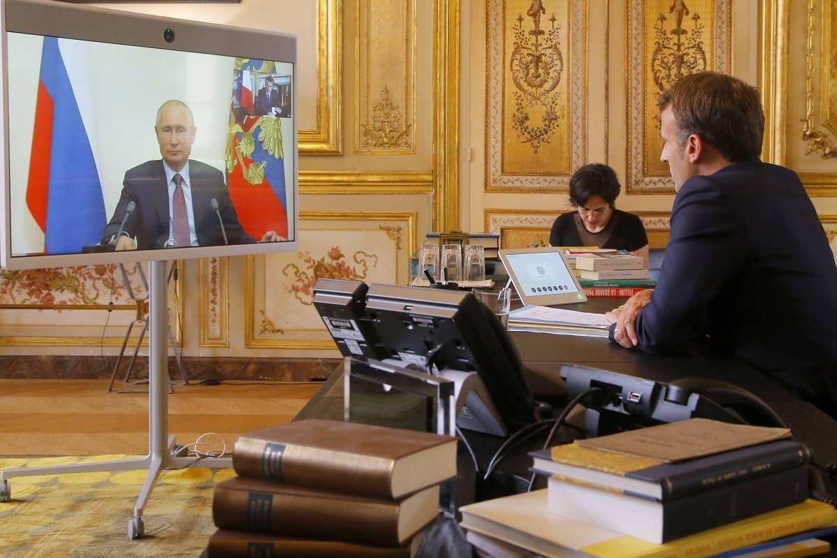 Kuvassa Vladimir Putinilla ja Emmanuel Macronilla on käynnissä videoneuvottelu.