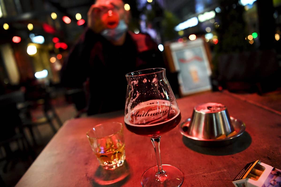 Asiakas nauttii alkoholia helsinkiläisen Ölhus Köbenhaven -ravintolan ulkoterassilla keskiviikkona 30. syyskuuta 2020.