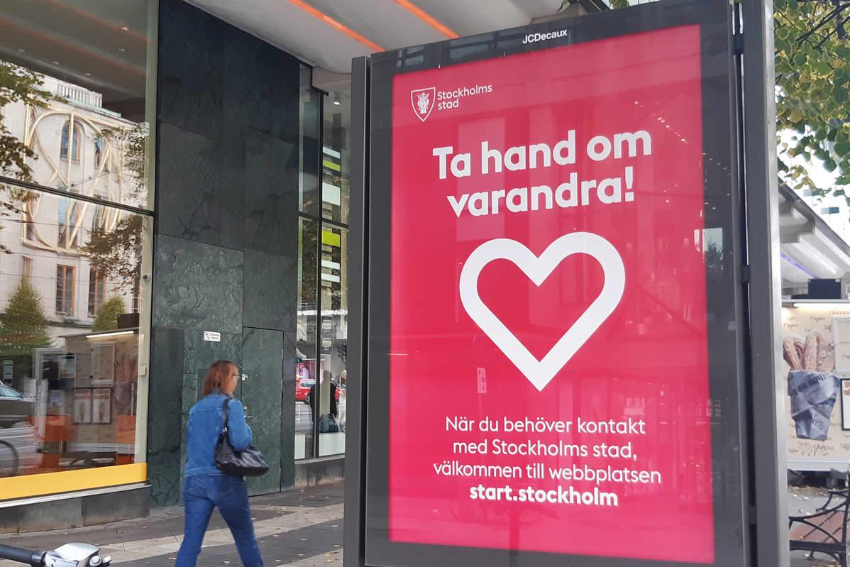 Kuvassa on koronavirus-aiheinen juliste Tukholmassa.