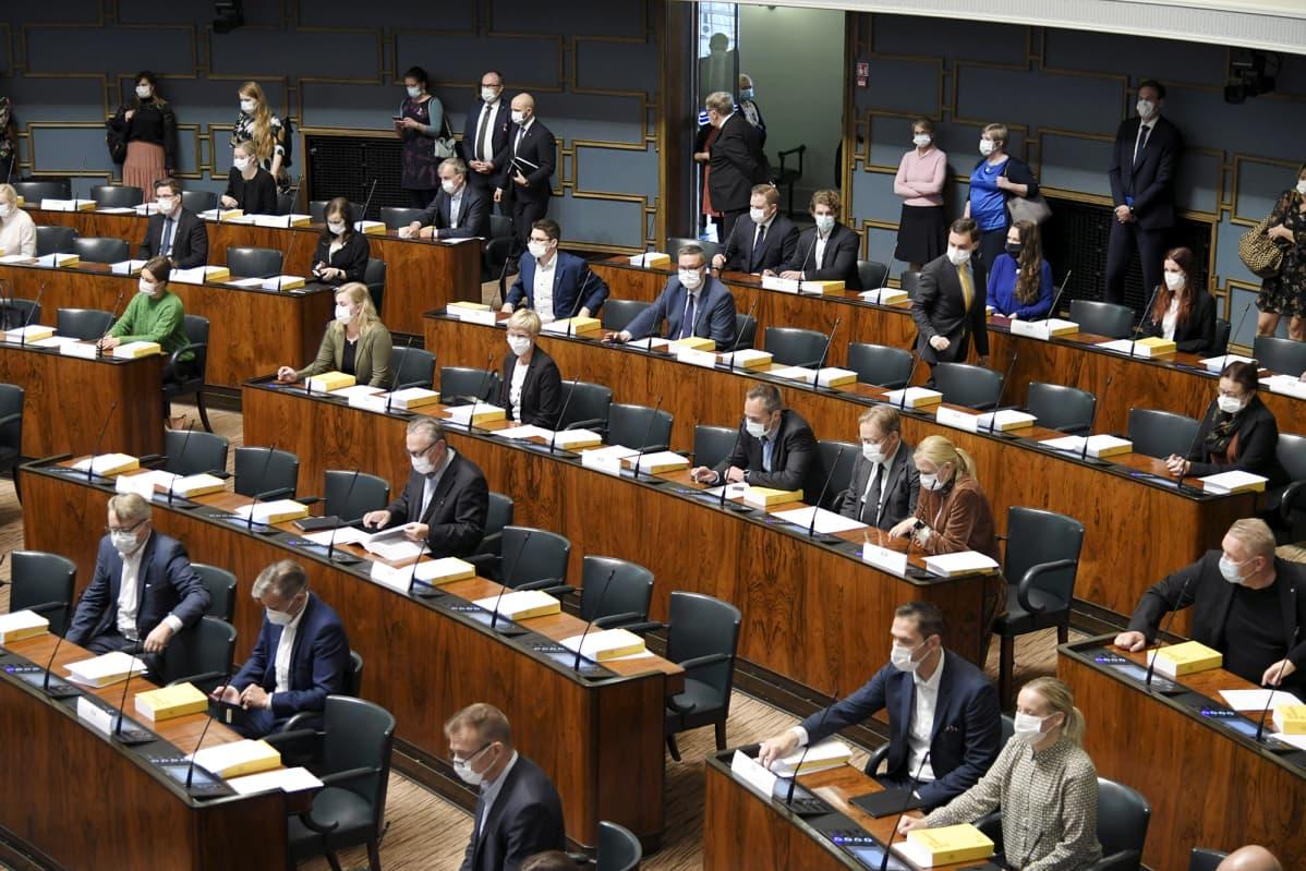 Kansanedustajat valmistautuvat äänestämään eduskunnan täysistunnossa Helsingissä 2. lokakuuta 2020.