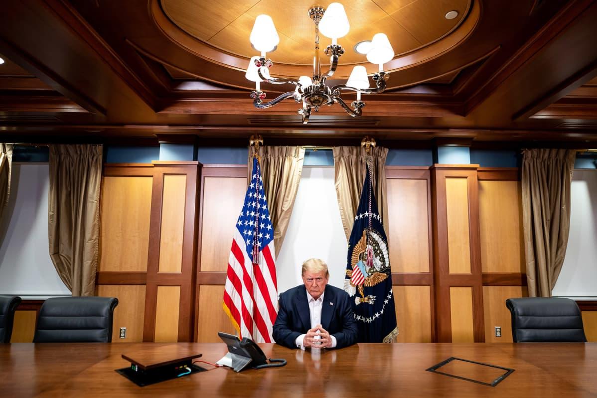 Valkoisen talon välittämättä kuvassa on Donald Trump.