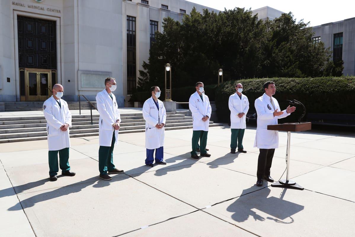 Kuvassa on lääkäreitä Walter Reed -sairaalalla.