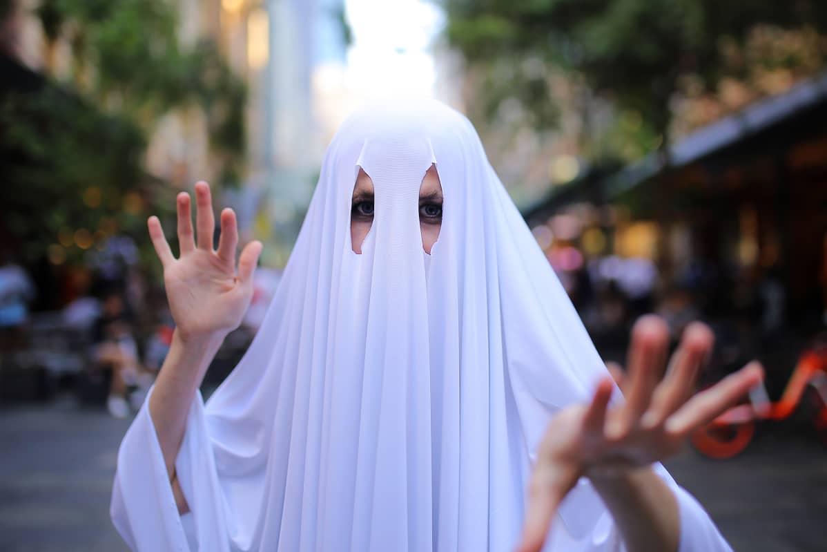 Kuvassa on haamuksi pukeutunut ihminen.