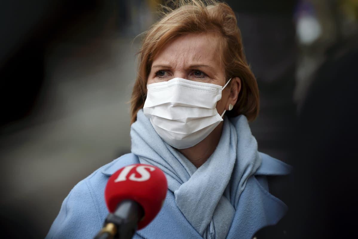 Oikeusministeri Anna-Maja Henriksson (RKP) menossa hallituksen neuvotteluihin Säätytalolle Helsingissä 3. marraskuuta 2020.
