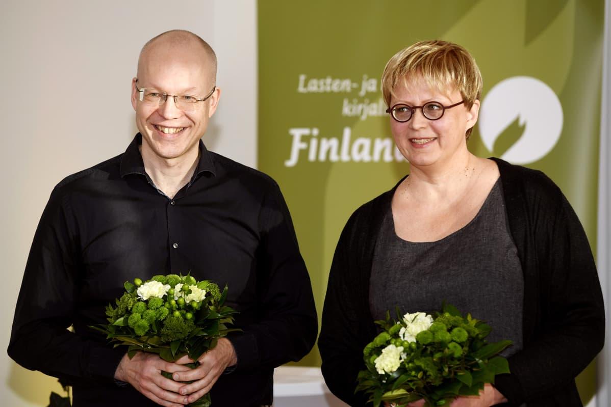 Aino Havukainen ja Sami Toivonen lasten- ja nuortenkirjallisuuden Finlandia-palkinnon ehdokkaiden julkistustilaisuudessa Helsingissä.