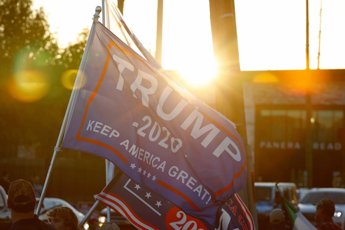 Trumpin kannattajat heiluttivat tiistaina lippuja äänestyspaikan ulkopuolella Houstonissa, Texasissa.