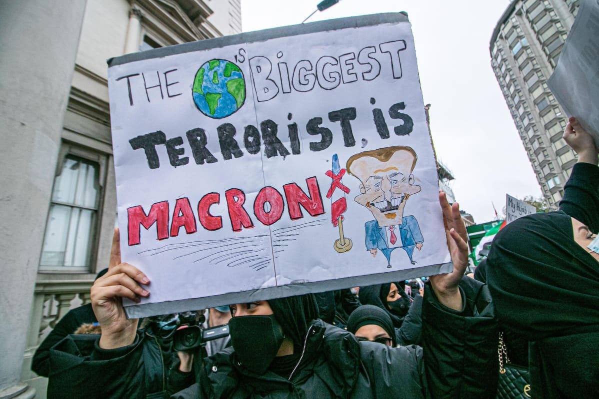 Mielenosoittaja Lontoossa