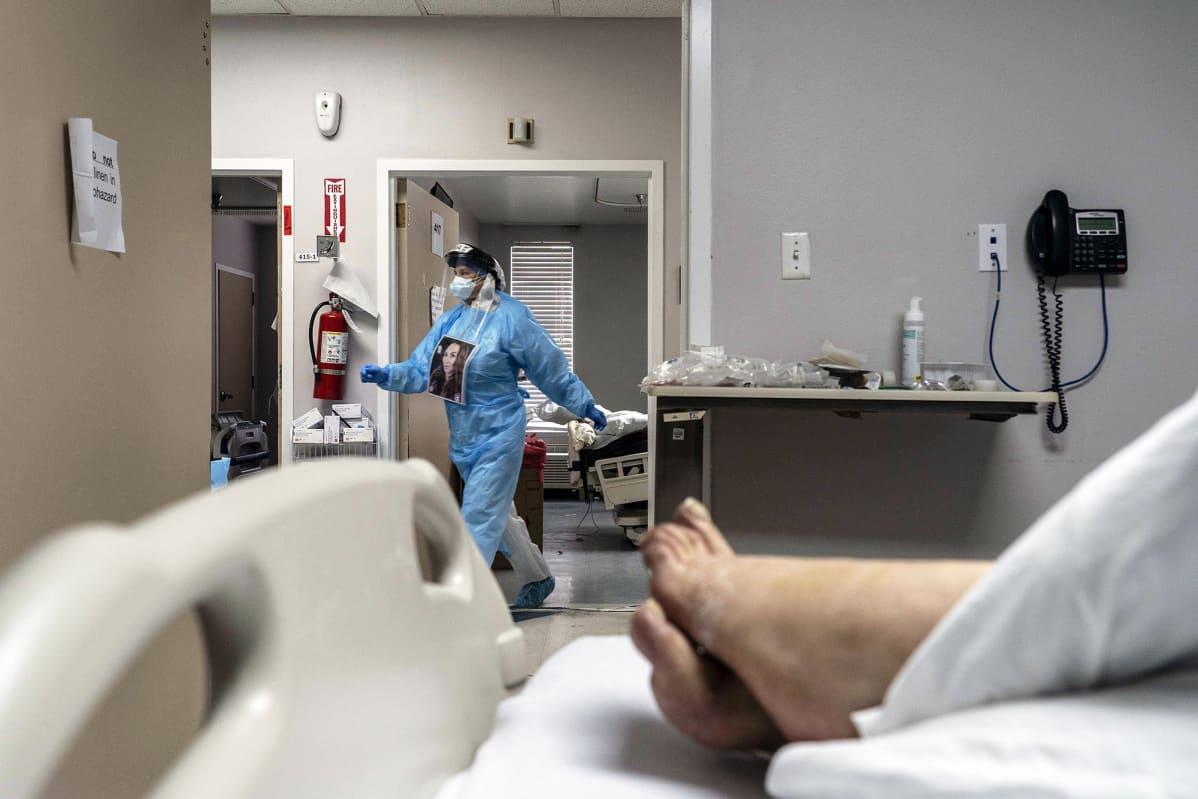 Koronaviruspotilas ja hoitaja sairaalassa Houstonissa.