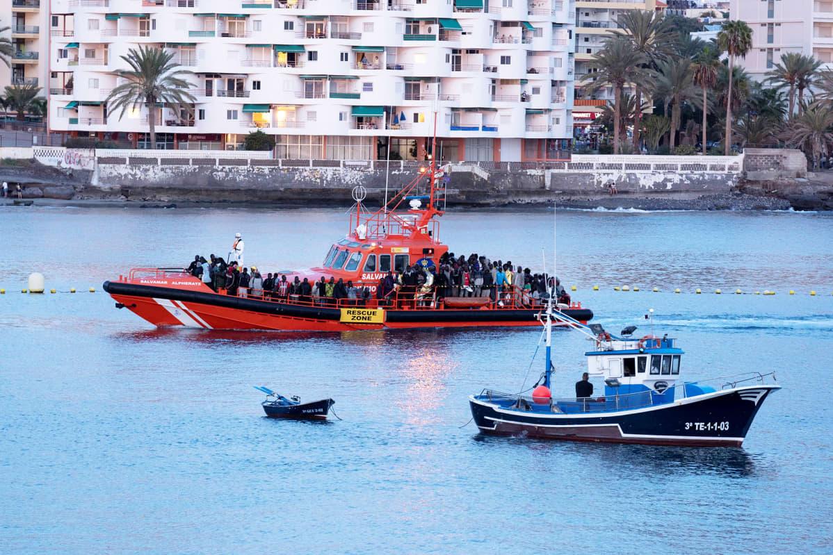 Siirtolaisia meripelastajien veneessä Teneriffalla.
