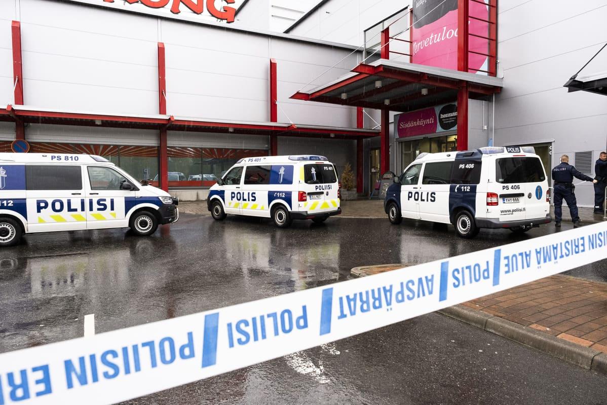 Poliisiautoja kauppakeskuksen edustalla Kuopiossa.