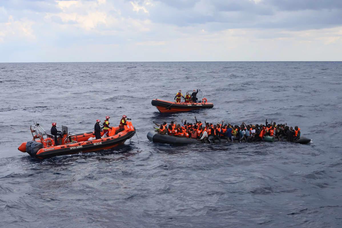 Siirtolaisia veneissä