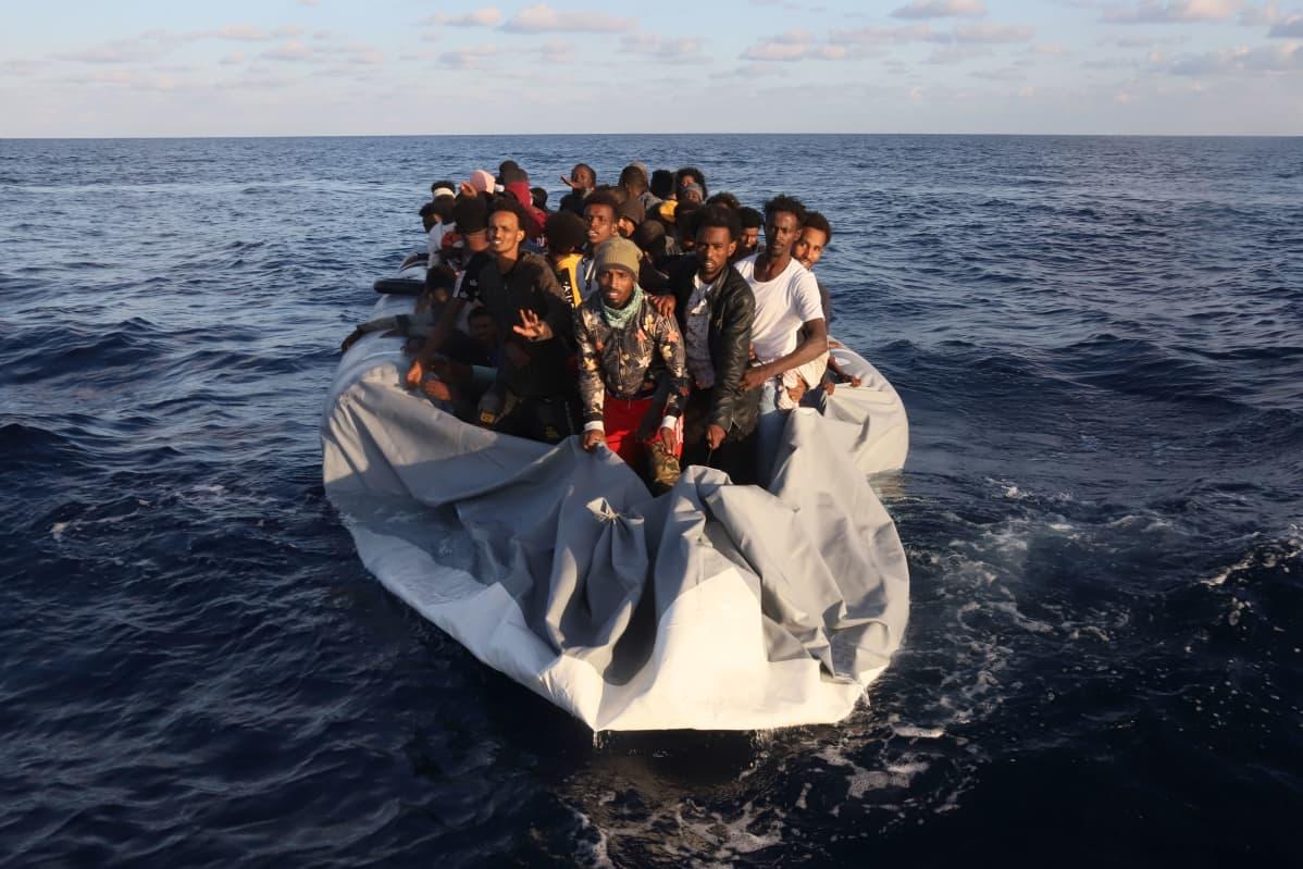 Merestä pelastettavia siirtolaisia