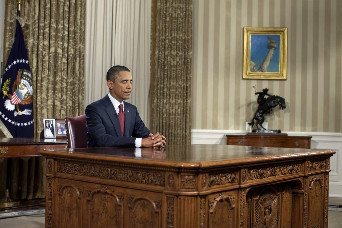 Barack Obama valmistautuu lehdistötilaisuuteen 2010.