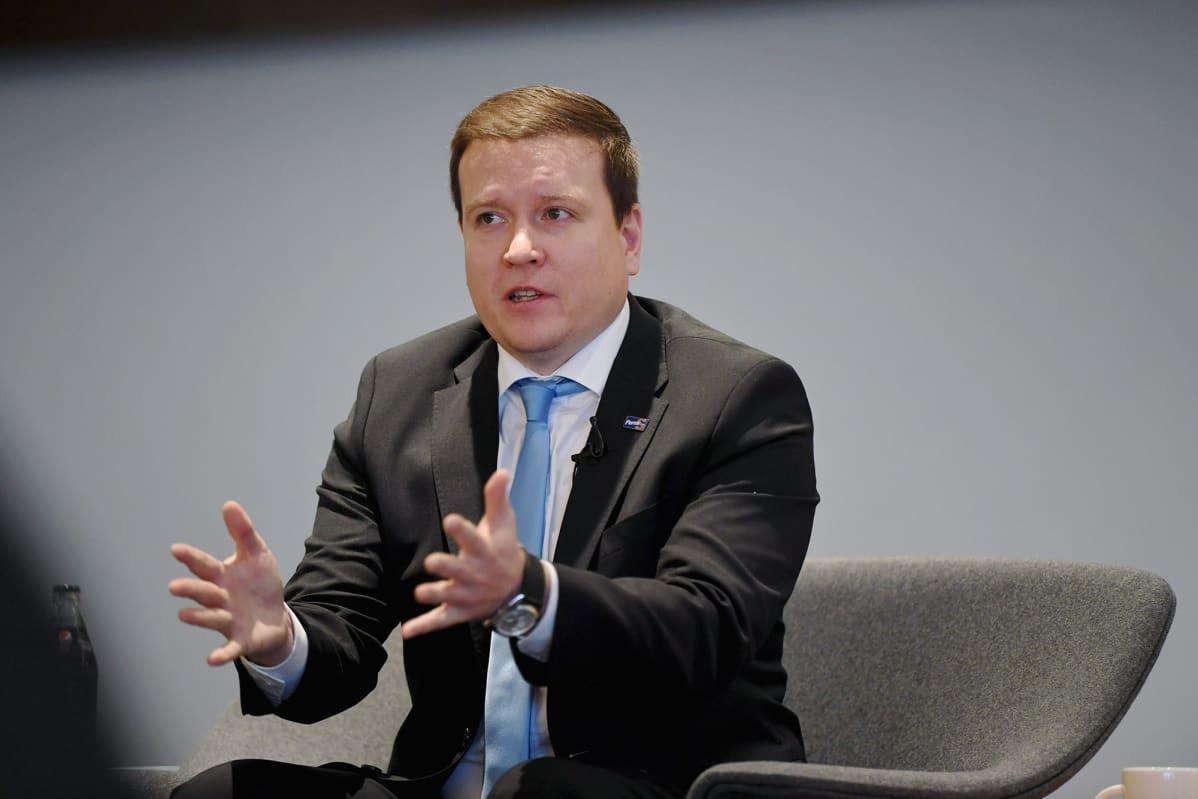 Perussuomalaisten Ville Tavio Insinööriliiton suurimpien eduskuntaryhmien puheenjohtajille järjestämässä paneelissa Helsingissä 20. marraskuuta 2020.