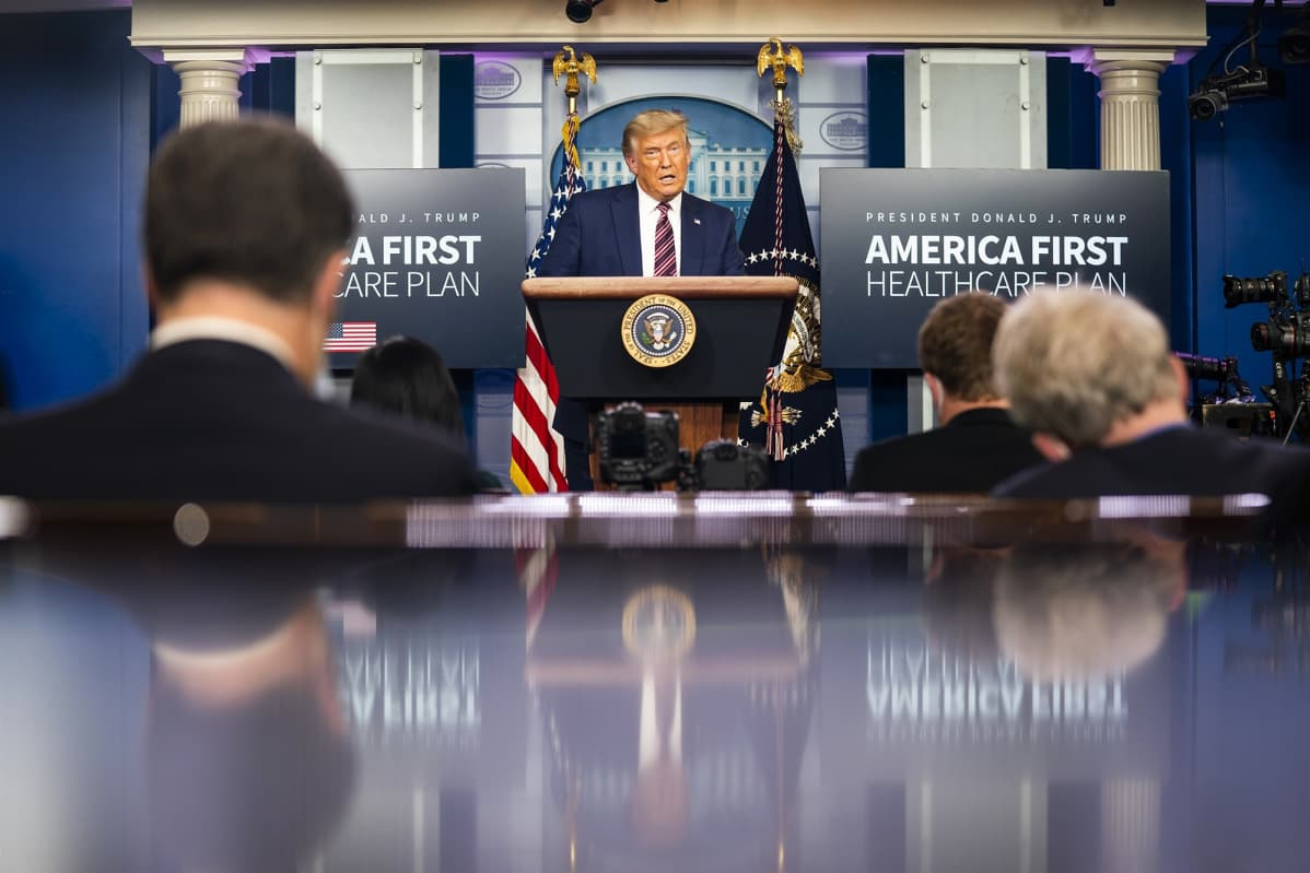 Donald Trump puhuu pressitilaisuudessa marraskuussa 2020.