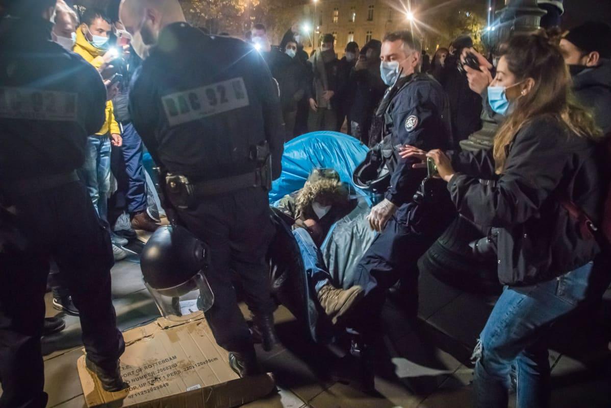 Poliisi tempoo ihmistä teltasta