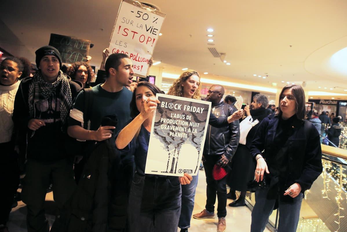 Opiskelijoiden mielenosoitus Amazonia ja mustaa perjantaita vastaan ostoskeskus Les Quatre Tempsissä Pariisissa.