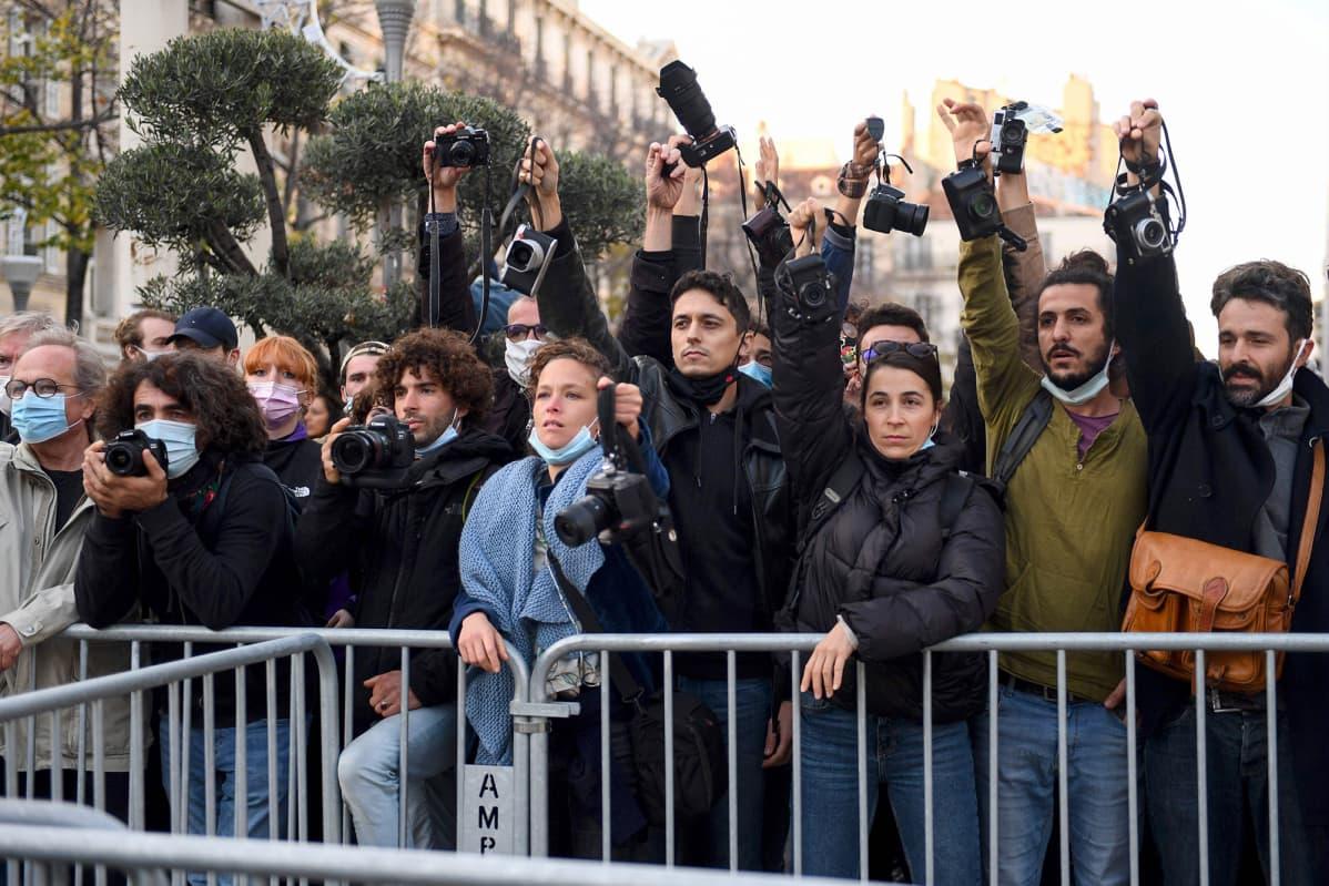 Valokuvaajat osoittavat mieltään Ranskassa.